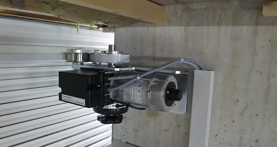 GfA-Schiebetor-ELEKTROMATEN ST im Einsatz an einem Schiebetor mittels Schlaufriemen System