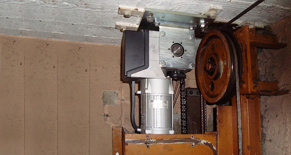 Antriebslösung Hubtor mittels GfA-Aufsteck-ELEKTROMATEN SI